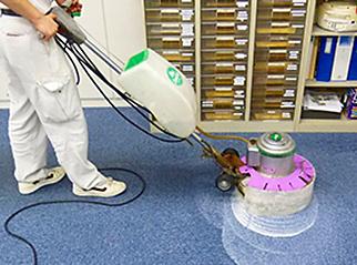 カーペットクリーニングは床材であるタイルカーペットをクリーニングします