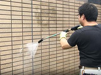 高圧洗浄は、建物の外壁や床を高水圧でキレイにします