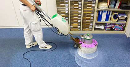 ビルの床面に定期清掃でカーペット清掃をする
